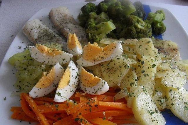 Рыба на пару с гарниром из овощей в скороварке мультиварке