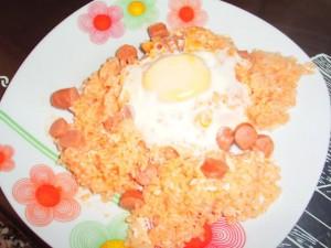 Рис с сосисками и яйцом в мультиварке скороварке