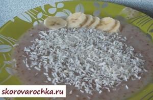 Жидкая пшеничная каша с кокосом и бананами