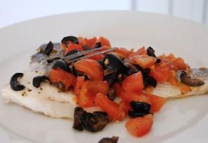 Рыба тушеная с маслинами и помидорами