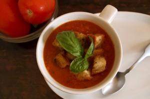 томатный суп с гренками и базиликом